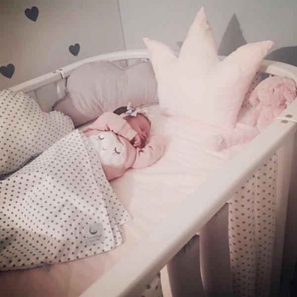 krevetić za bebe ukrasi kruna i oblaci